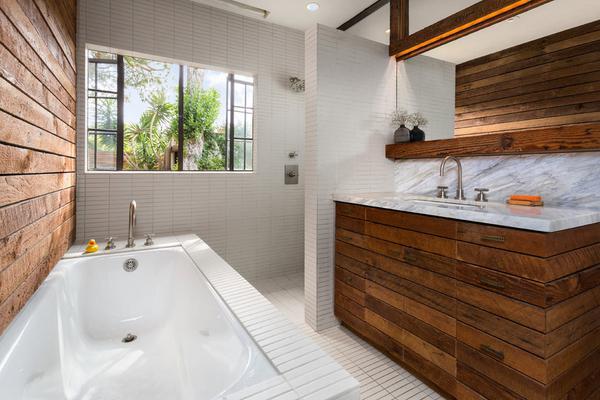 сочетание белого и кофейного цвета в ванной