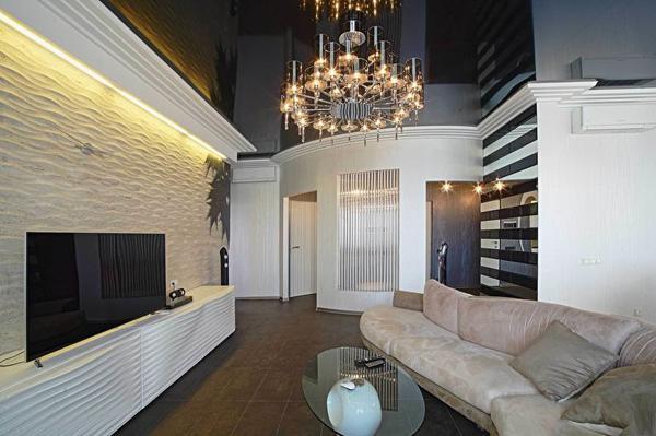 Черный натяжной потолок в зале (гостиной) - фото