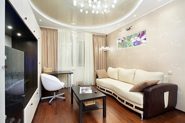 Бежевый натяжной потолок в зале (гостиной) - фото